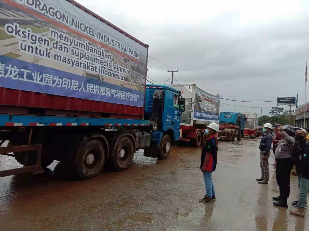 Detik-detik pemberangkatan truk kontainer yang mengangkut bantuan oksigen dan alat kesehatan PT. Virtue Dragon Nikel Industri Park (VDNIP) menuju Jakarta. (Is)
