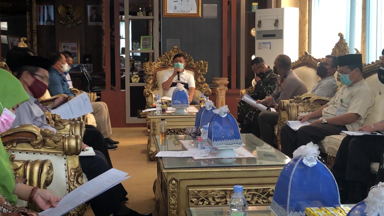 Wakil Bupati Konawe, Gusli Topan Sabara saat memimpin rapat pembahasan jelang penerapan PPKM di lima kecamatan di Kabupaten Konawe. (Is)